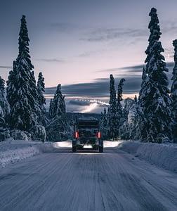 Husvagn åker på vinterväg