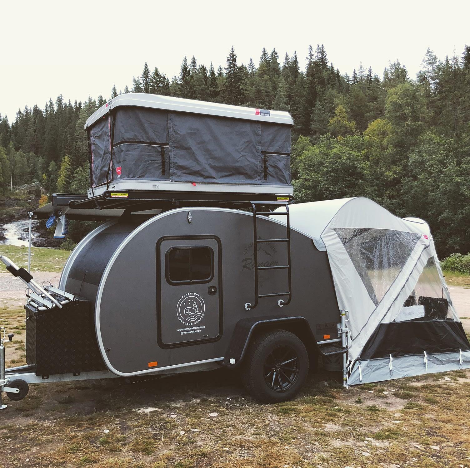 Bild på en minihusvagn med taktält och förtält.